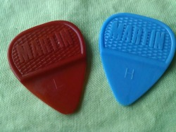 Niebieska kostka do gry marki Martin z lat 70. Obecnie już nie produkowana.